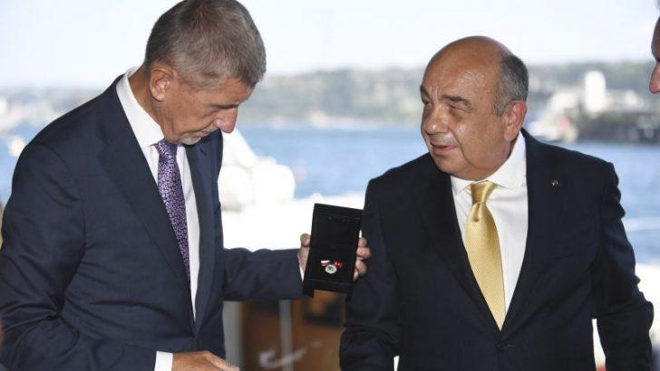 Ahmet Yüce'ye Çek Liyakat Madalyası Verildi